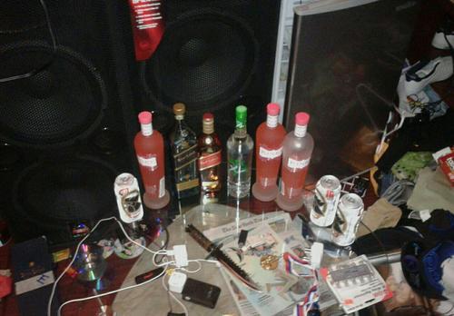 Vista de las bebidas alcohólicas y el arma blanca vistas en la cárcel Fraijanes 1. (Foto: Soy502)