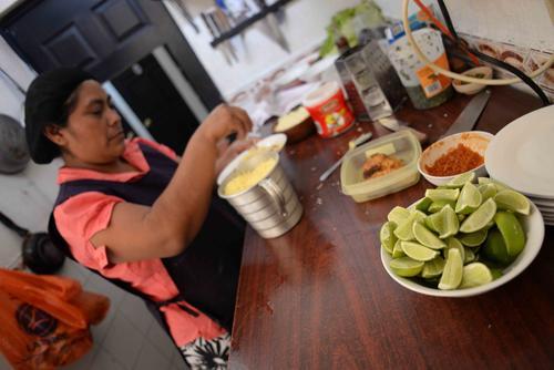 Algunos restaurantes han optado por exprimir el limón y congelar el jugo. Otros compran el jugo ya procesado. (Foto: Jesús Alfonso/Soy502)