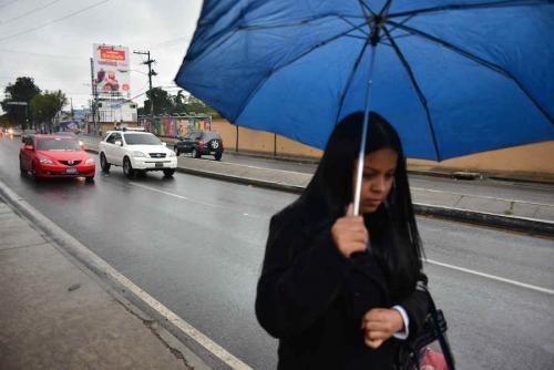 Peatones y automovilistas se enfrentan al inicio del invierno. (Foto: Jesús Alfonso/Archivo Soy502)