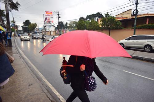 Los guatemaltecos fueron sorprendidos por la lluvia desde tempranas horas y afectó a cientos de automovilistas. (Foto: Jesús Alfonso/Soy502)