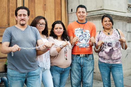 Algunos de los encadenados muestran una de las cadenas que guardan como recuerdo. (Foto: Alejandro Balán/Soy502)