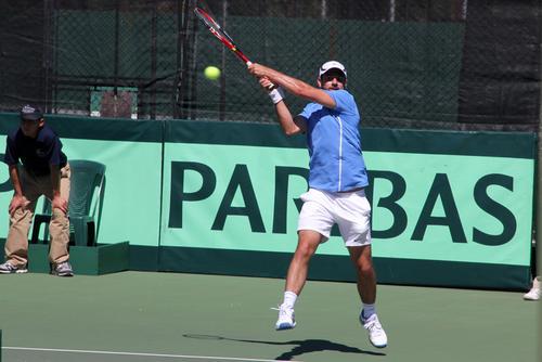 El tenista nacional, Luciano Ramazzini en plena acción durante el primer duelo de la serie de Copa Davis frente a México. (Luis Barrios/Soy502)