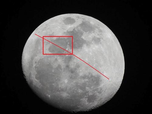 Los rayos del cráter Tycho, abajo a la derecha, llegan hasta el otro extremo de la Luna (arriba a la izquierda) atravesando el Mar de la Serenidad y pueden ser vistos más claramente durante la fase de luna llena. (Imagen: Ricardo García)