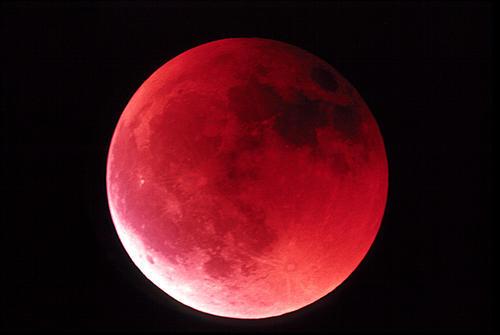 Esta será la cuarta luna roja. Pero que quede claro: se trata de un fenómeno natural, no de una señal apocalíptica.