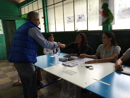 Miguel Ángel Gálvez saludó a todos los integrantes de la mesa electoral. (Foto. Soy502/Marcela Fernández)