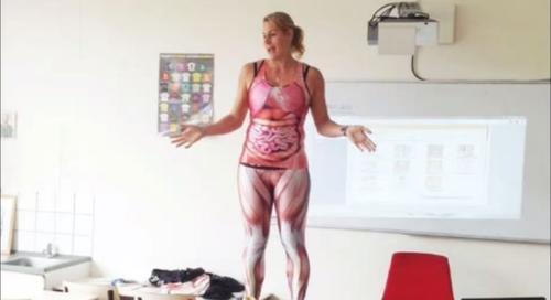 La maestra llevaba debajo un disfraz del cuerpo humano.