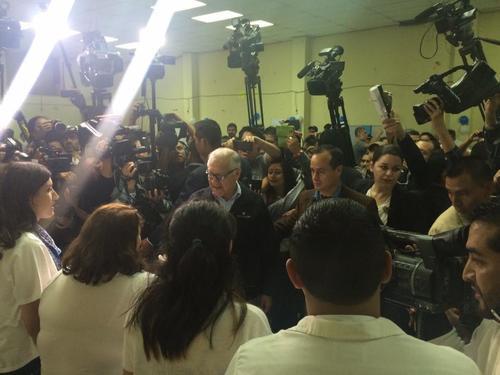 El Presidente Alejandro Maldonado acudió a votar rodeado de cámaras y medios nacionales e internacionales. (Foto: Marcela Fernández/ Soy502)