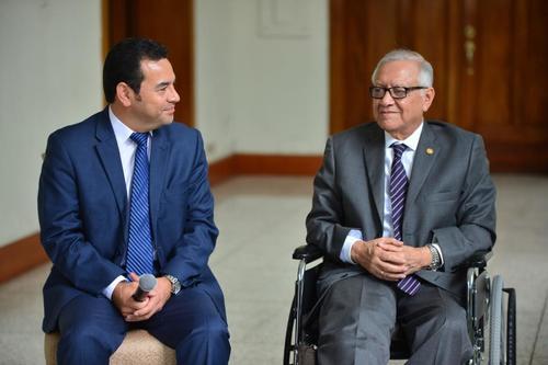 El presidente electo, Jimmy Morales, y Alejandro Maldonado, actual Presidente de Guatemala, sostuvieron una reunión donde se abordó el tema energético. Morales señaló que consultará con sus asesores en ese tema para analizar qué hacer. (Foto: Jesús Alfonso/Soy502)