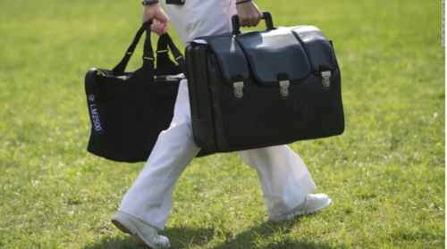 Este es el maletín nuclear que acompañará a Donald Trump. (Foto: CNN)