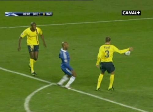 Una polémica imagen de la semifinal de Champions ante el Chelsea en 2009.