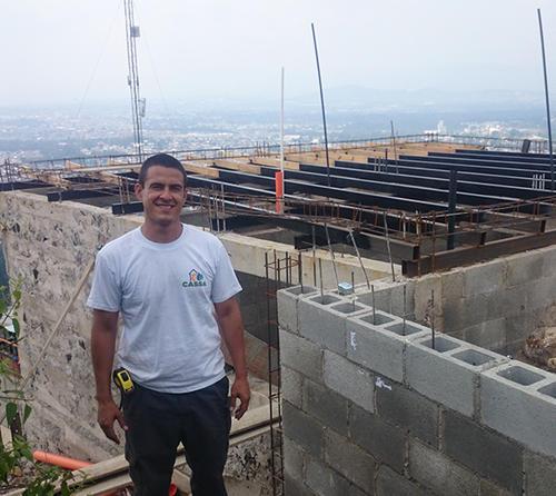 Antonio Aguilar ha destacado por el proyecto que pretender llevar una vivienda digna a las personas que viven en condiciones poco satisfactorias a las necesidades del ser humano en Guatemala. (Foto: Víctor Pérez)
