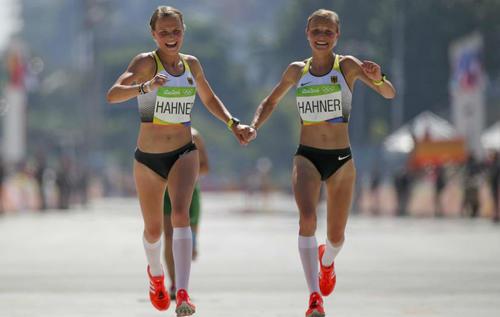 La decisión de entrar tomadas de la mano causó polémica para la Federación de Atletismo de Alemania. (Foto: marca.com)