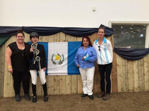 La parajinete guatemalteca, Marcella Martin, posa orgullosa con sus medallas. (Foto: ANEG)