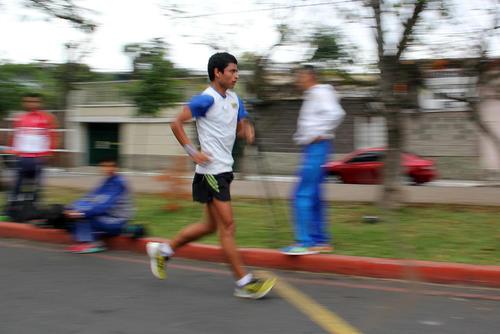 El medallista olímpico, Erick Barrondo, en su entrenamiento en la avenida Simeón Cañas, zona 2 capitalina.