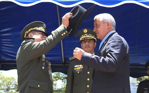 """El presidente Otto Pérez Molina fue nombrado """"Ingeniero Honorario"""", por ello le entregaron el sombrero que caracteriza al Cuerpo de Ingenieros del Ejército. (Foto: Presidencia)"""