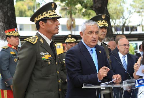 El presidente Otto Pérez Molina da declaraciones al finalizar el acto de conmemoración del aniversario del Cuerpo de Ingenieros del Ejército. (Foto: Presidencia)