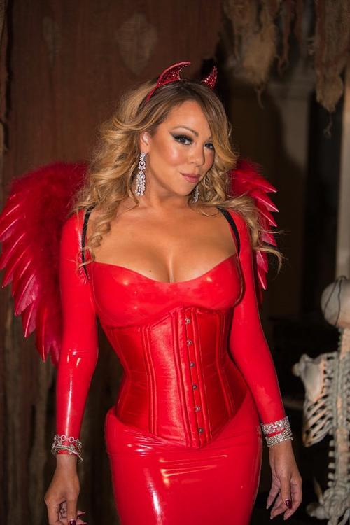 Mariah Carey mostró sus curvas en un revelador disfraz de día de brujas. (Foto: Quién)