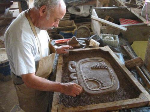 Mario Recinos es el escultor de cada una de las piezas que componen el edificio de la zona 11. (Foto: B'ahlam Kan Nah oficial)