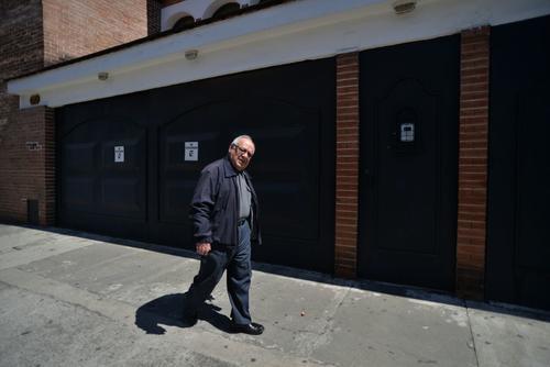 Monseñor Mario Ríos Montt, hermano de Efraín Ríos Montt, sale el 1 de febrero de 2017 de la residencia del exjefe de facto, ubicada en la zona 15. (Foto: Wilder López/Soy502)