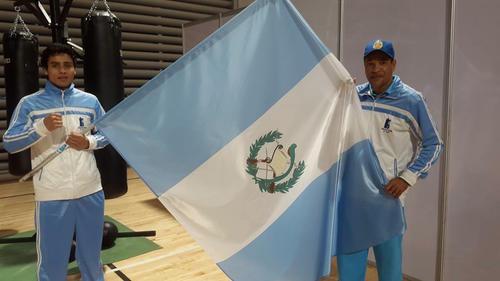 Martínez captado con su entrenador Julio González, representará a Guatemala en la máxima justa del boxeo mundial. (Foto: COG)