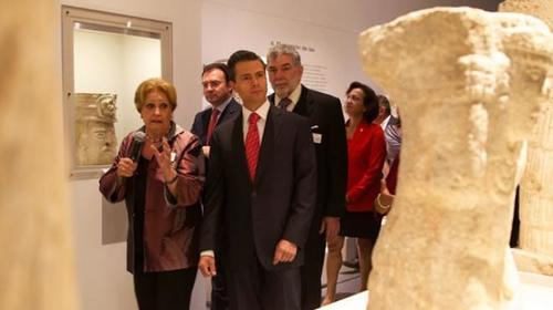 El presidente de México José Peña Nieto al momento de visitar la exposición en la galería del Palacio Nacional de México.