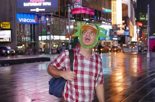 Maykol, realiza una parada por Nueva York, al embarcarse a esta gran aventura. (Foto: La Nación)