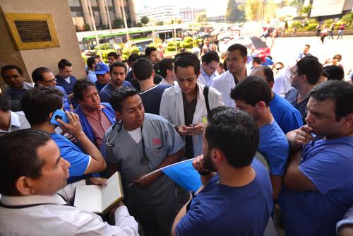 Trato justo, salario digno e insumos, son las demandas de los médicos residentes. (Foto Wilder López/Soy502)