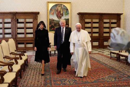 Sin duda alguna uno de los atuendos que muchos recordarán de Melania Trump, es el que uso en la vista al Papa Francisco. (Foto: Infobae)