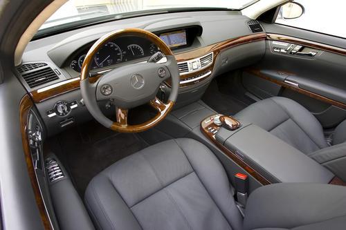 El interior de madera y cuero le da un toque más lujoso al vehículo,