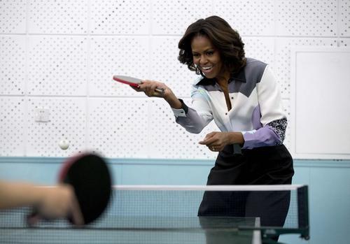 Michelle Obama, primera Dama de los Estados Unidos, jugó tenis de mesa con estudiantes chinos al arribar el jueves por la noche a China. (Foto: AFP)