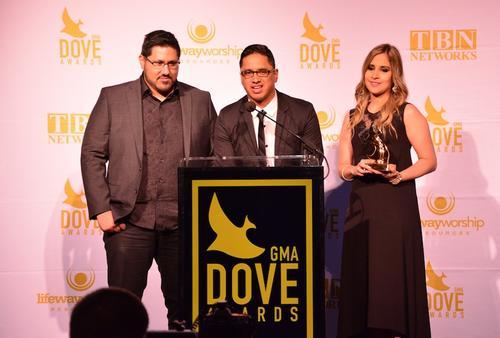 El guitarrista y productor Chris Rocha, el líder de la banda Josué Morales y Sayra Morales, vocalista de Miel San Marcos, exhiben la estatuilla otorgada por los Dove Awards. (Foto: Miel San Marcos).