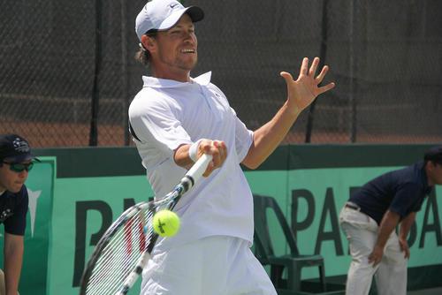 El tenista mexicano responde el servicio de Luciano Ramazzini durante el primer duelo de la serie de Copa Davis entre Guatemala y México. (Luis Barrios/Soy502)