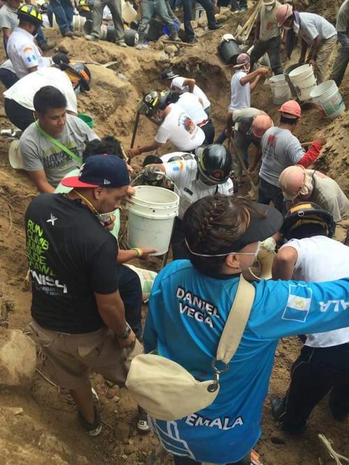 Cientos de manos trabajamos en equipo. No nos conocíamos, pero nuestra causa era la misma. (Foto: Mike Girón)