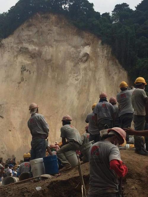 El cerro que cayó sobre El Cambray.  (Foto: Mike Girón)