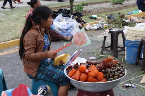 En la calle también se venden postres ancestrales, como la fruta cristalizada. (Foto: Alejandro Balán/Soy502)