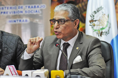 El Ministro de Trabajo Carlos Contreras, explica que el incremento del 5% al salario mínimo se basó en criterios técnicos.  (Foto: Esteban Biba/Soy502)