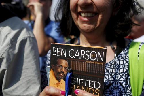 Una simpatizante espera a que Ben Carson le firme uno de sus libros durante un mitin del candidato republicano. (Foto: Google)