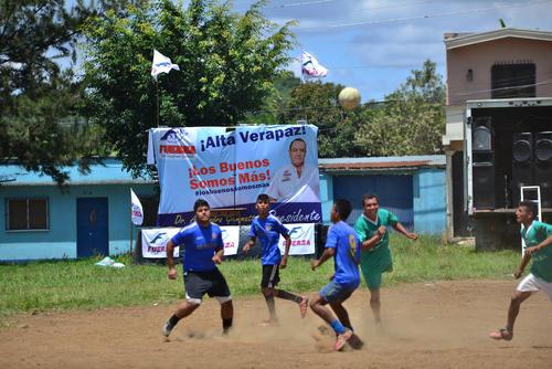 En el lugar donde Giammattei iba a dar su discurso se jugaba un partido de fútbol a la misma hora. (Foto: Wilder López/soy502)
