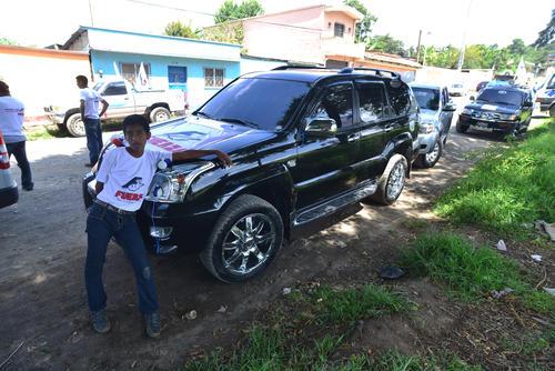 Giammattei llegó en una caravana de unos diez vehículos que antes recorrió el centro de Cobán, Alta Verapaz. (Foto: Wilder López/Soy502)