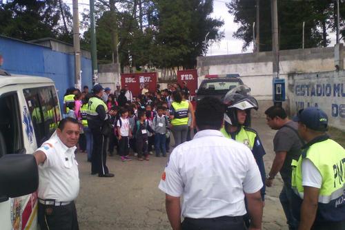 Los alumnos fueron evacuados de la escuela por su seguridad.