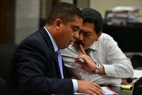 El ex Secretario Privado de Roxana Baldetti, Juan Carlos Monzón, atiende el consejo de su abogado. (Foto: Wilder López/Soy502).