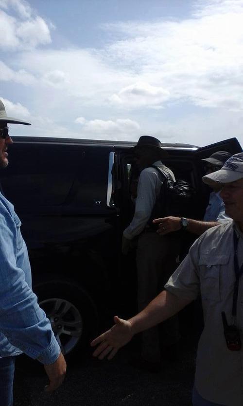 En la foto, Morgan Freeman se baja del automóvil que lo traslada a Petén. (Foto: Jorge Winter)