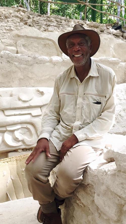 """Morgan Freeman disfrutando de los vestigios de """"El Mirador"""". (Foto: Inguat)"""
