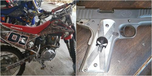 """En los allanamientos en San Jorge, Zacapa, también se encontró una pistola y una motocicleta con la insignia de """"El Fantasma""""."""