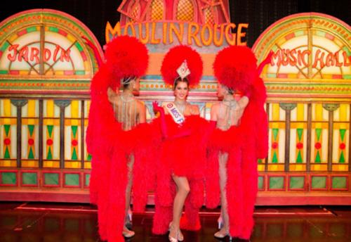 Miss Francia luce su traje en el mítico Moulin Rouge. (Foto: Paris Match)