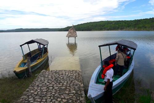 La Laguna Yaxha es uno de los principales atractivos de este sitio turístico. Las ciudades mayas se conectaban por medio de cuerpos de agua como estos. (Foto: Javier Lainfiesta/Soy502)