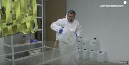"""El doctor Alejandro Hernández prepara """"el jacuzzi"""", como llaman a este recipiente, con el coctel que rehidratará un cadáver par ser estudiado. (Foto: Motherboard)"""