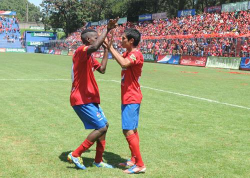 """Marvin el """"Titimán"""" Ávila felicita a Renato Sequén, quien anotó el 4-0 para Municipal."""