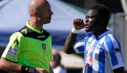 Muntari habló con el árbitro para que detuviera el partido pero éste se negó. (Foto: Quotidiano)