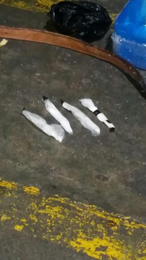 Estos son los envoltorios que fueron localizados dentro del cinturón. (Foto: PNC)